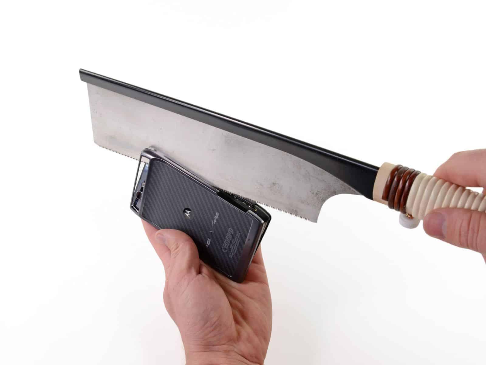 Warum ist das Motorola RAZR so dünn? Ein Blick ins Innere ...