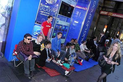 Schlange vor dem Samsung Store