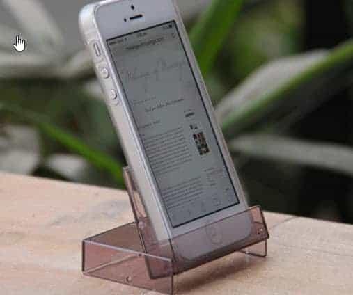 Smartphone-Ständer aus alter Kassetten-Hülle